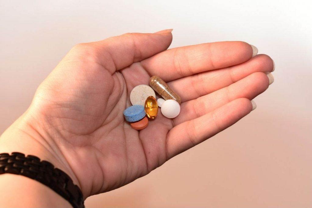 Medicamentos en la palma de una mano