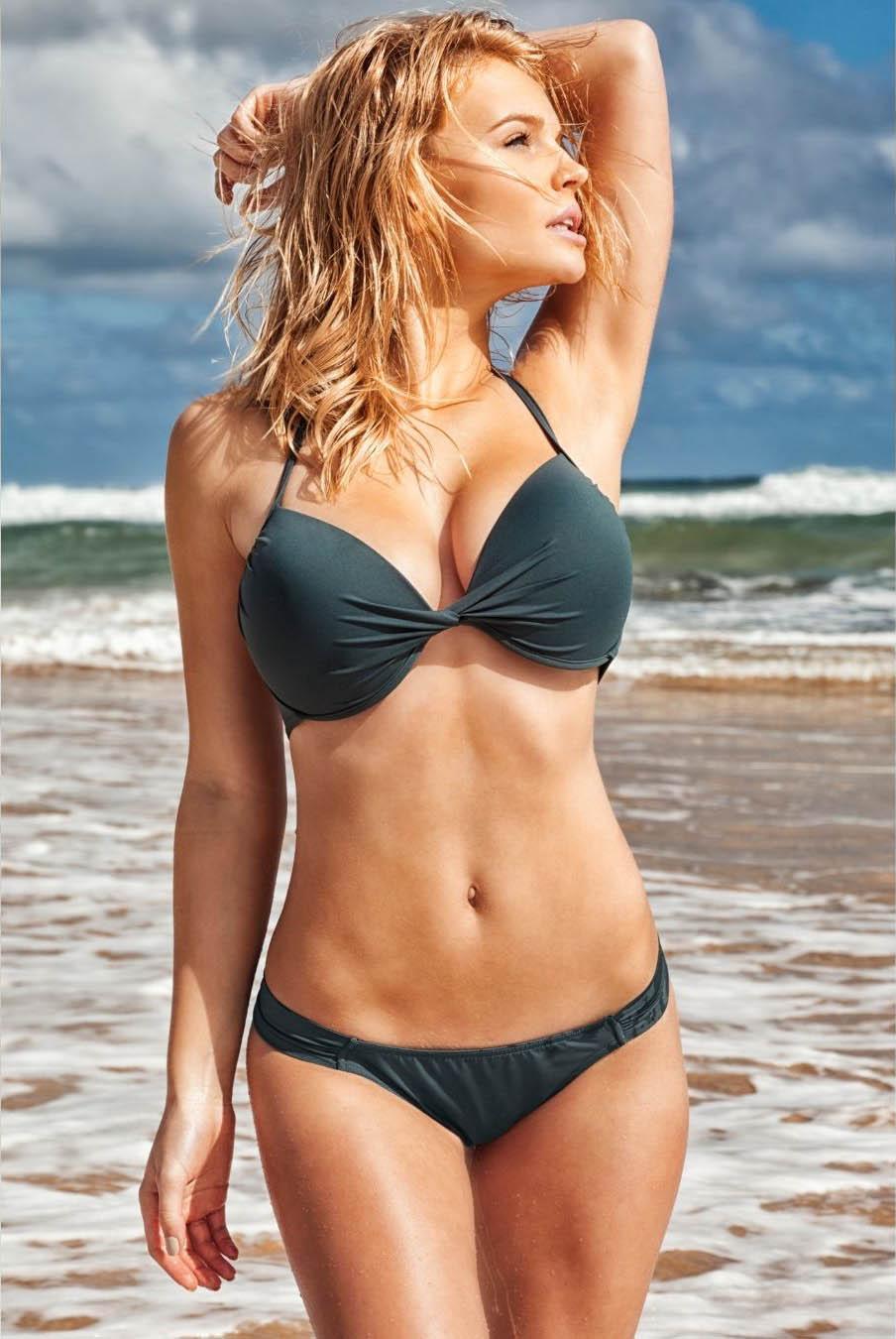 Mujer blanca en bikini en la playa presumiendo su depilación definitiva