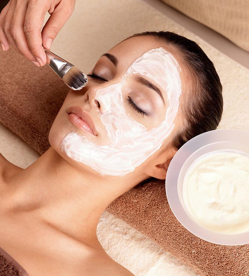 Mujer recibiendo una mascarilla facial, contáctanos para mas informes