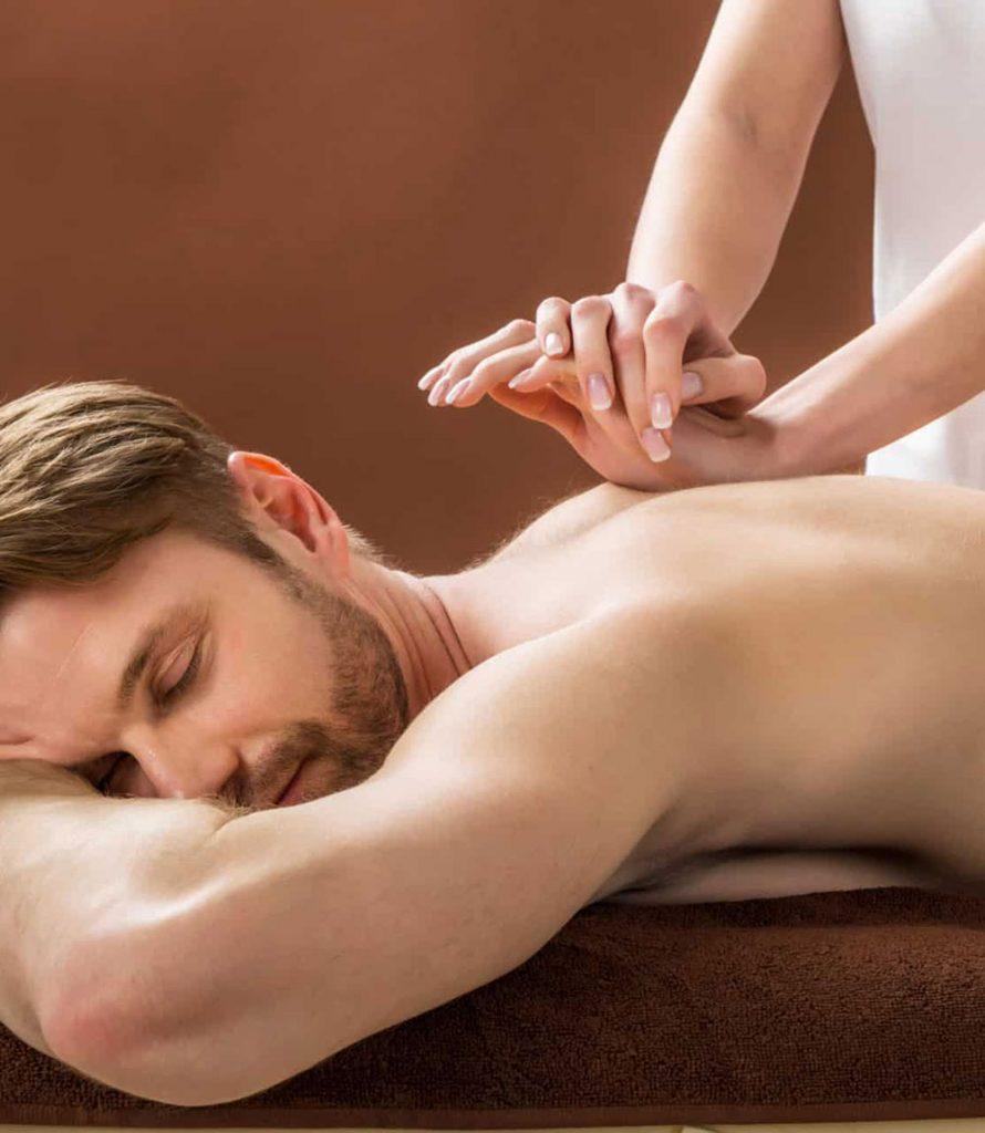 Hombre recibiendo un masaje descontracturante en la espalda superior
