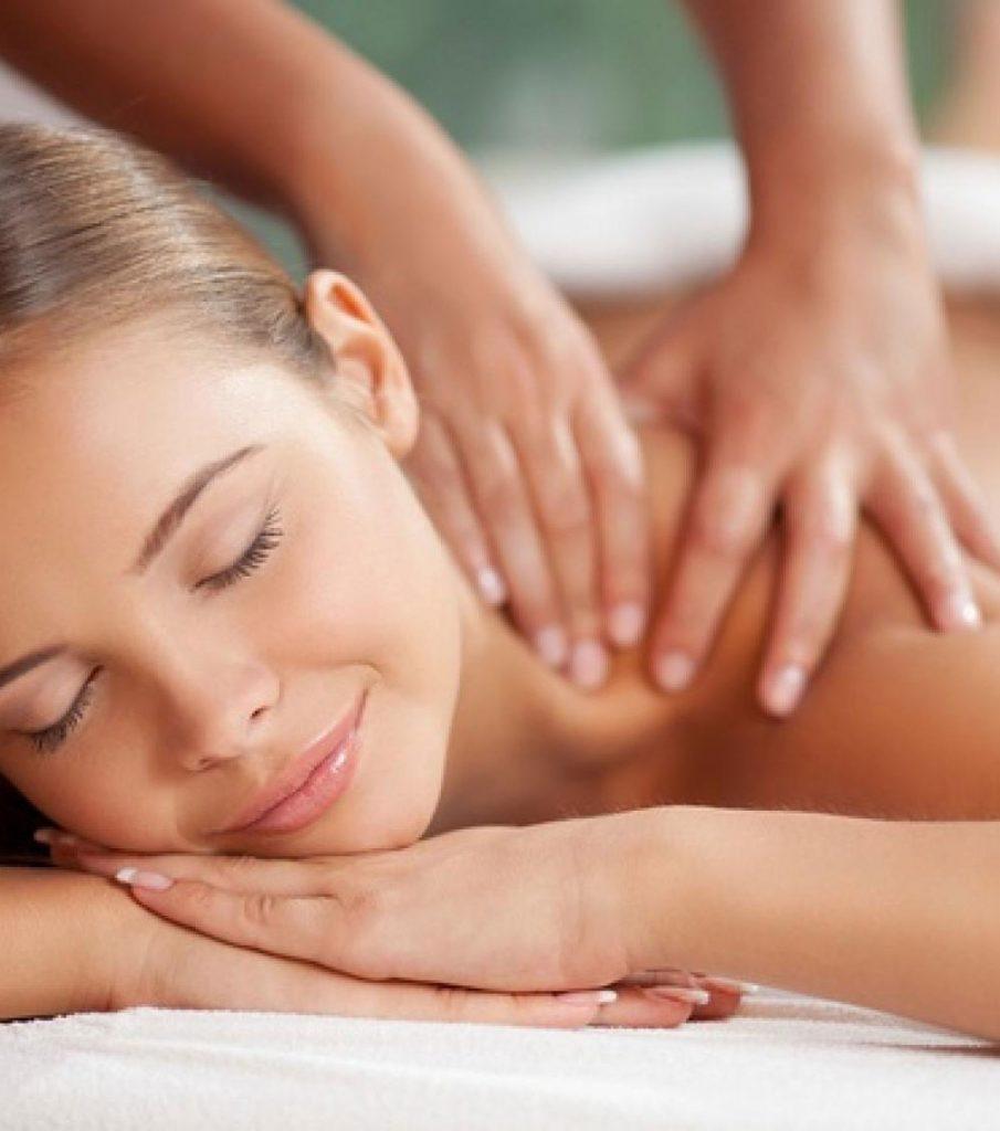 Mujer disfrutando de un masaje antiestrés  en la zona de los hombors y espalda