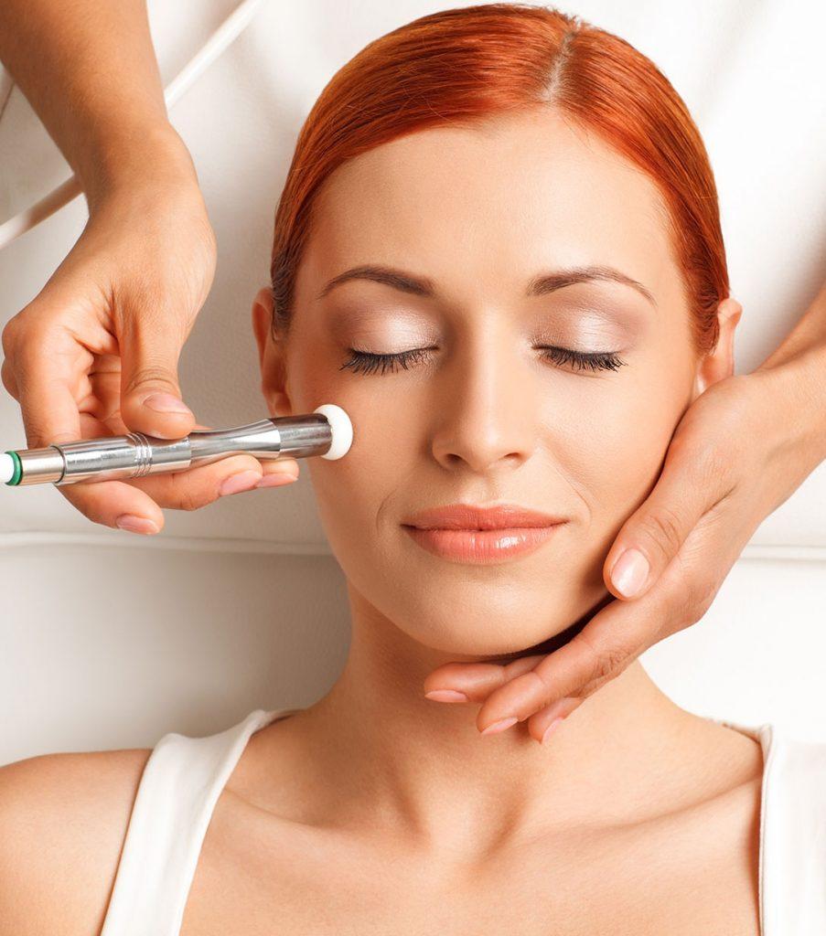Mujer realizándose un tratamiento facial de Limpieza Profunda
