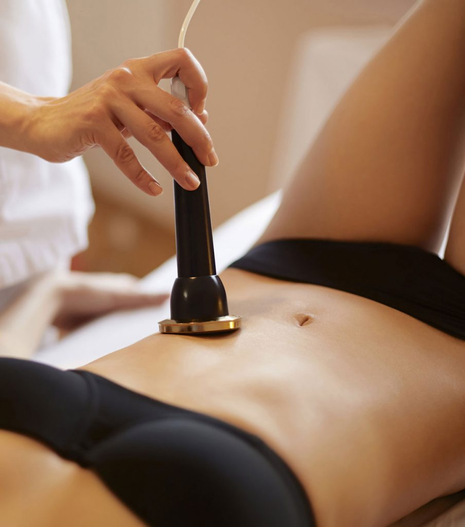 Mujer recostada realizándose radiofrecuencia en abdomen, uno de los corporales favoritos