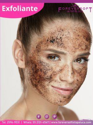 Chica con un exfoliante en el rostro parte de su rutina de skincare
