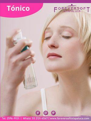 Chica rociándose un tónico para equilibrar el pH de su piel